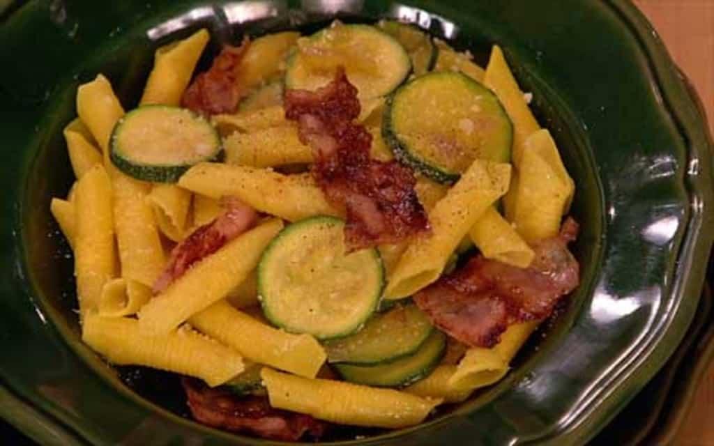Benedetta Parodi prepara garganelli con zucchine zafferano e bacon (video)