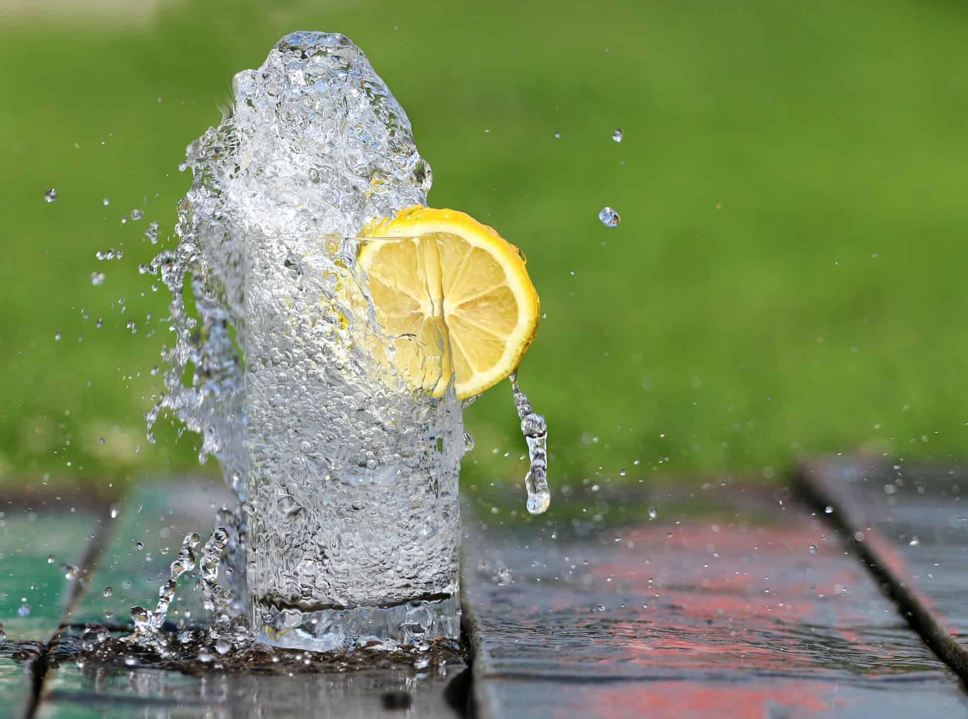 Bere è fondamentale: l'acqua giusta per donne, bambini e anziani