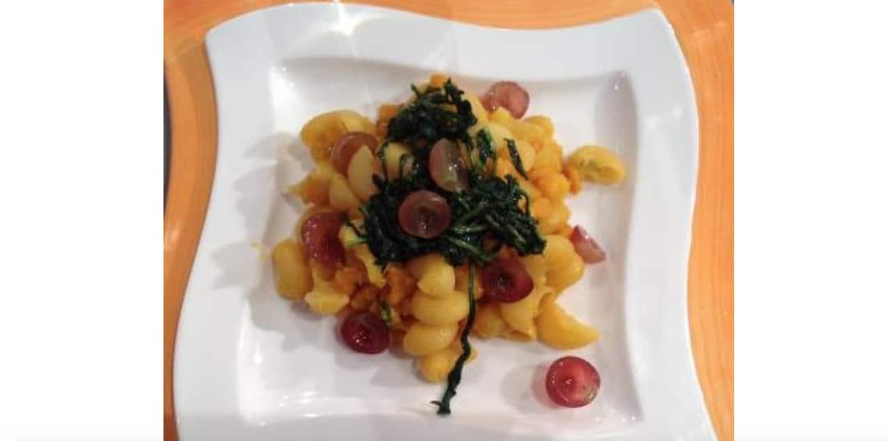 Sergio Barzetti prepara le pipe rigate con zucca cicoria e uva
