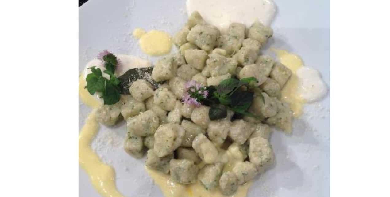 Ricette di Sergio Barzetti: chicche di patate e erbe fini su crema leggera al caprino