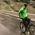 Norvegia, guida la bicicletta seduto al contrario a 80 Km/h