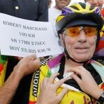 A 102 anni percorre 27 km in un'ora con la bicicletta: incredibile record