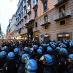 Napoli: lavoratori in questura dopo avere occupato la Provincia