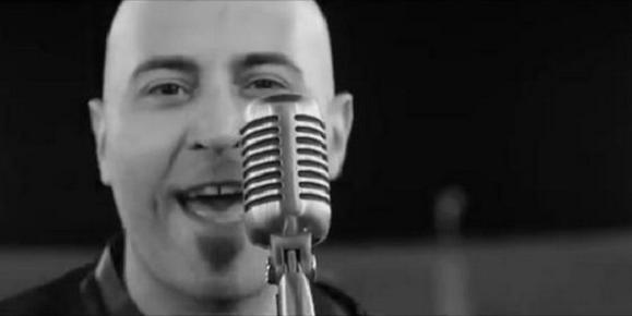 Giuliano Sangiorgi dei Negramaro irriconoscibile con i capelli (FOTO E VIDEO)