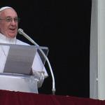 Papa Francesco durante l'Angelus domenicale: in questo mondo ferito serve solo Misericordia