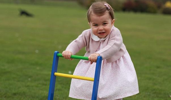 La principessina Charlotte compie un anno: tutti i regali per festeggiare questo giorno (FOTO)