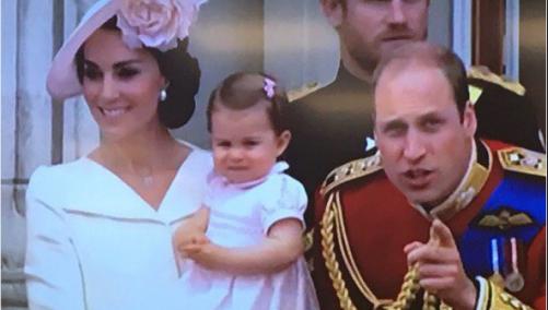 George e Charlotte d'Inghilterra, il debutto al balcone accanto alla regina Elisabetta (FOTO)