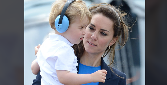George d'Inghilterra fa i capricci alla base militare e Kate Middleton sa come calmarlo (FOTO)