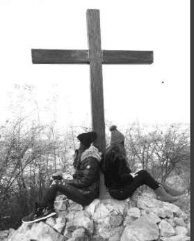 Elisabetta Gregoraci a Medjugorje in pellegrinaggio con la sorella Marzia (Foto)