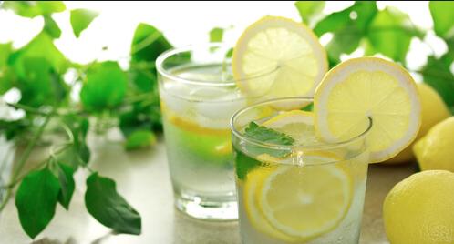 Non ingrassare a Natale con il rimedio detox acqua e limone