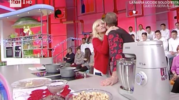 L'abbraccio di Antonella Clerici a Daniele Persegani, l'ultimo saluto alla sua mamma (Foto)