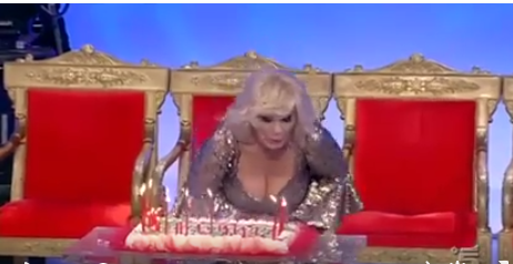 A Uomini e Donne il compleanno di Tina Cipollari: ma quanti anni ha la vamp?