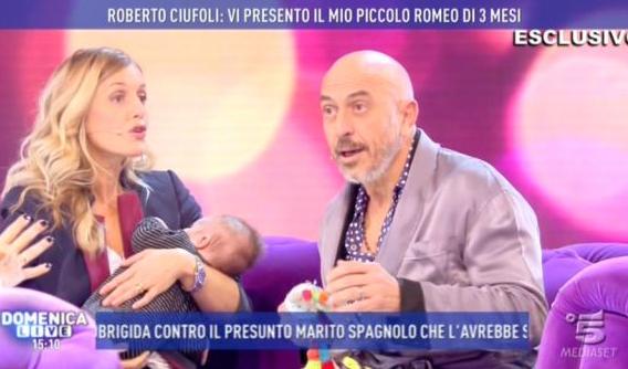 Roberto Ciufoli e Theodora presentano il piccolo Romeo a Domenica Live (FOTO)