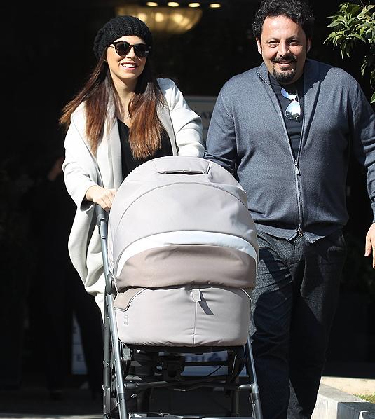 Enrico Brignano e Flora Canto tornano a casa con la figlia Martina (Foto)