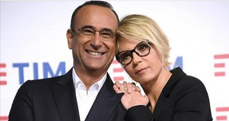 Nuovi occhiali per Maria De Filippi: conferma il taglio di capelli e sceglie il nero (FOTO)