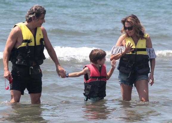 Daniela Santanché fa il bagno in mare vestita con Dimitri D'Asburgo e il nipotino (Foto)