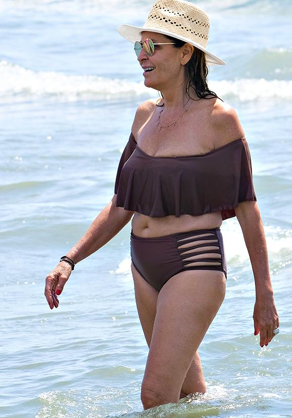 Daniela Santanché al mare con Dimitri indossa il bikini più fashion (Foto)