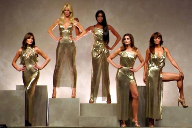 Donatella Versace difende Linda Evangelista assente alla sfilata delle top model perché trasformata (Foto)