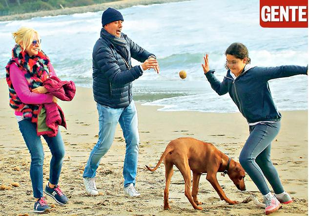 Antonella Clerici con Vittorio e Maelle giocano con il nuovo cane in spiaggia (Foto)