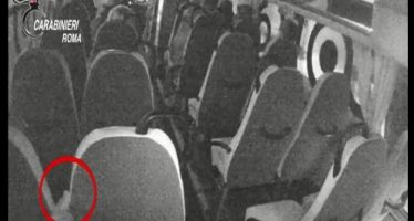 infermiere conficcava aghi sui sedili del bus