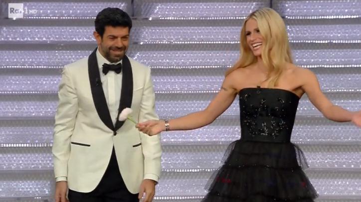 53130c8196 Sanremo 2018: Michelle Hunziker chiude con l'eleganza di Armani ...