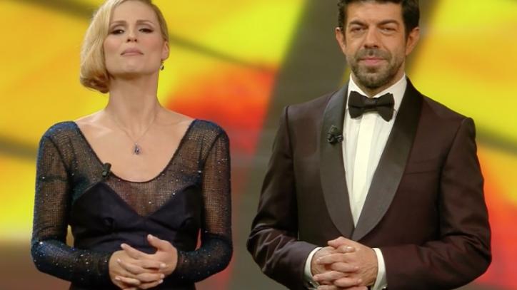 Abiti Da Sera Trussardi.Sanremo 2018 Michelle Hunziker Bocciata Da Enzo Miccio Per Gli
