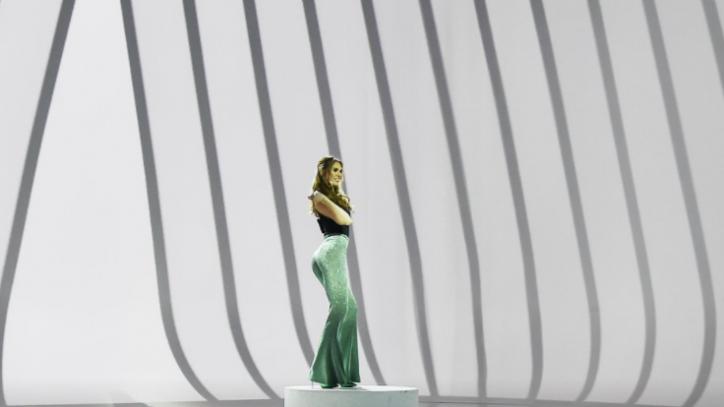 fae7a8c9d4 Ilary Blasi sbaglia look a Le Iene: il pubblico critica sui social e ...