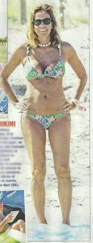 Cristina Parodi relax in spiaggia ma questa volta resta in bikini: addio topless? (Foto)