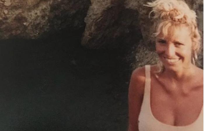 Antonella Clerici magrissima a Panarea in costume bianco, sommersa dai complimenti (Foto)
