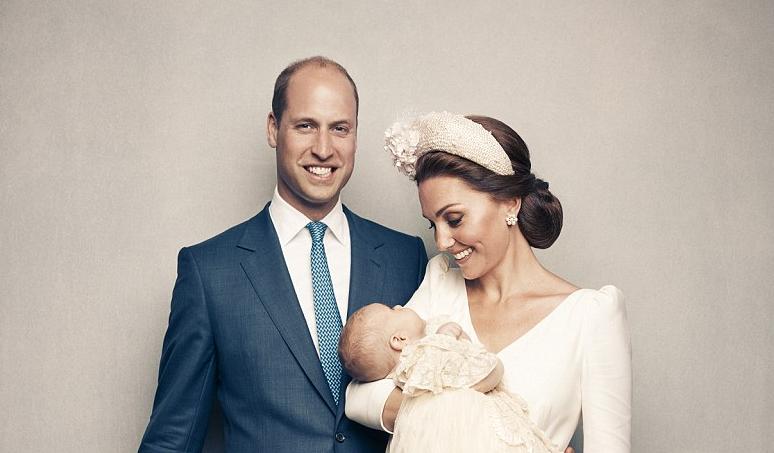 William e Kate meravigliosi con la famiglia al completo per il battesimo di Louis: le foto ufficiali