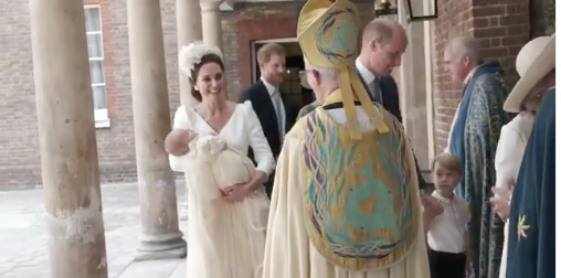 Il battesimo di Louis, le prime immagini di William e Kate Middleton con i tre figli (Foto)