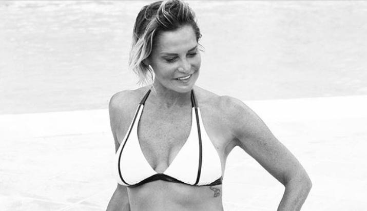 Simona Ventura soddisfatta in bikini, mangia pizza solo la domenica (Foto)