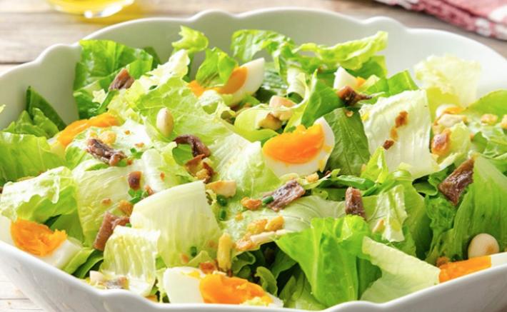 Ricette per la dieta, insalata con uova, pane e mandorle