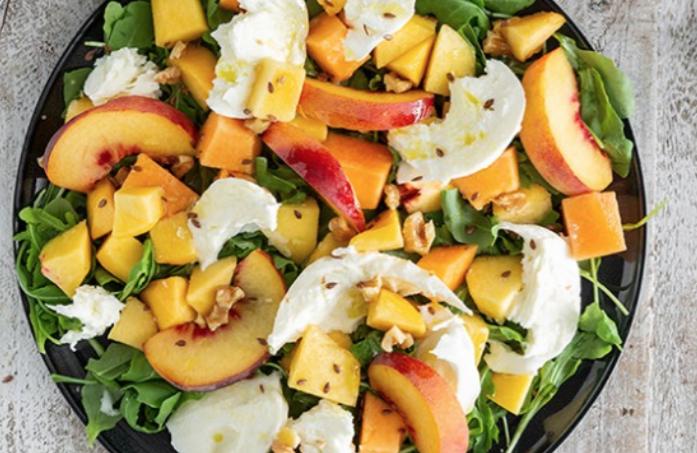 La ricetta dell'insalata di mozzarella con rucola e frutta