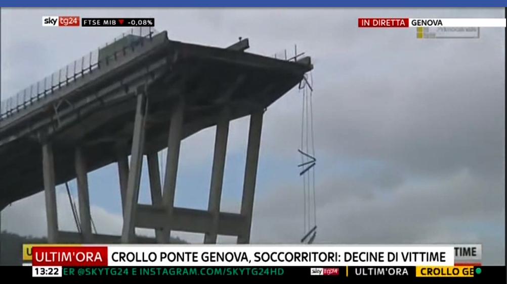 Il crollo del ponte Morandi a Genova: decine di vittime, i vigili del fuoco a lavoro