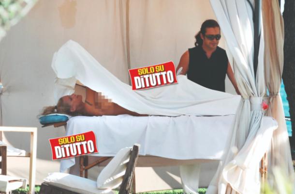 Michelle Hunziker in topless, paparazzata a Varigotti durante un massaggio (Foto)