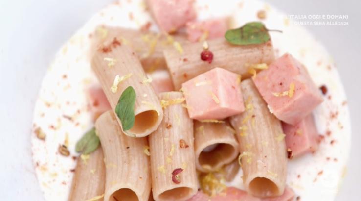 A Ricette all'italiana rigatoni con fonduta di parmigiano e mortadella dello chef