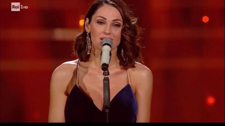 Anna Tatangelo bellissima si commuove durante la finale di Sanremo 2019: lacrime per il suo Gigi