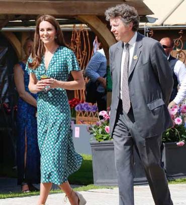 Kate Middleton, è da copiare il suo nuovo abito ma le scarpe con la zeppa restano il suo punto di forza (Foto)