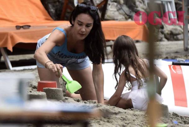 Silvia Toffanin gioca in spiaggia con la figlia Sofia, senza un filo di trucco è radiosa a Portofino (Foto)