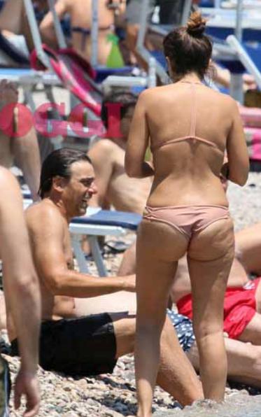 Serena Rossi in bikini, senza ritocchi e con la cellulite è bellissima in un mare d'amore con Davide Devenuto (Foto)