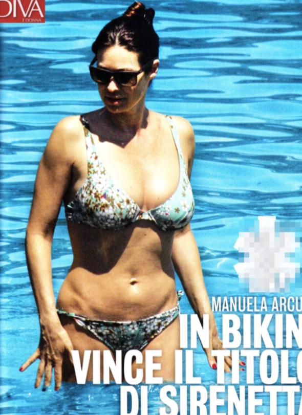 Manuela Arcuri curve esplosive in bikini all'Argentario (Foto)
