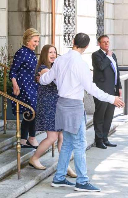 Chelsea Clinton mamma per la terza volta, fuori dall'ospedale presenta il piccolo Jasper (Foto)