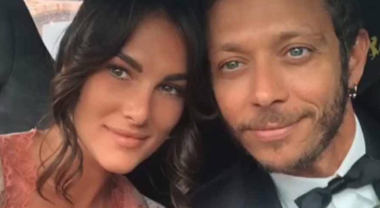 Valentino Rossi testimone di nozze di Uccio Salucci e l'abito della sua fidanzata è il più sexy mai visto in chiesa (Foto)