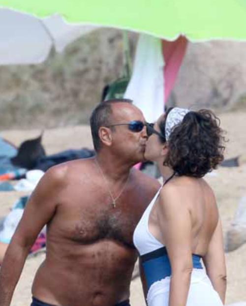 Carlo Conti in Sardegna con Francesca e il figlio Matteo, un'altra vacanza d'amore (Foto)