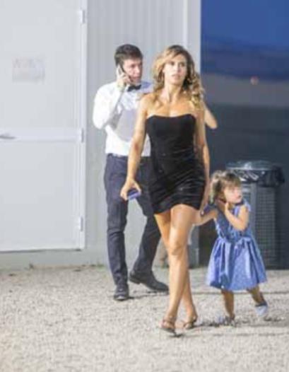 Elisabetta Canalis con la figlia dietro le quinte dello spettacolo di Andrea Bocelli è un vero spettacolo (Foto)