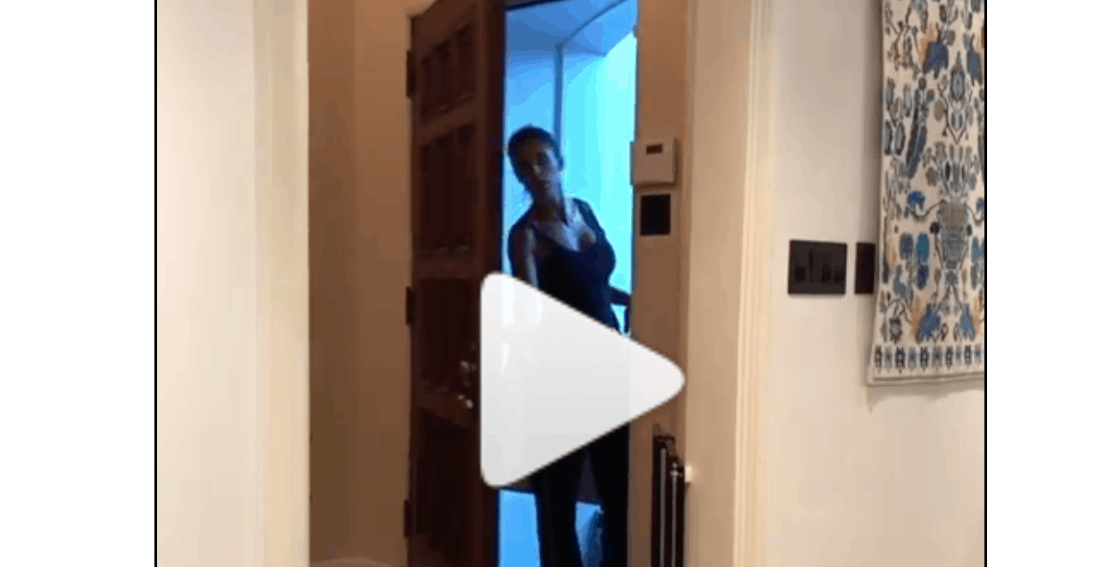 Festa a sorpresa per Elisabetta Canalis nella sua casa, la showgirl si spaventa e poi esplode di gioia (Foto e Video)