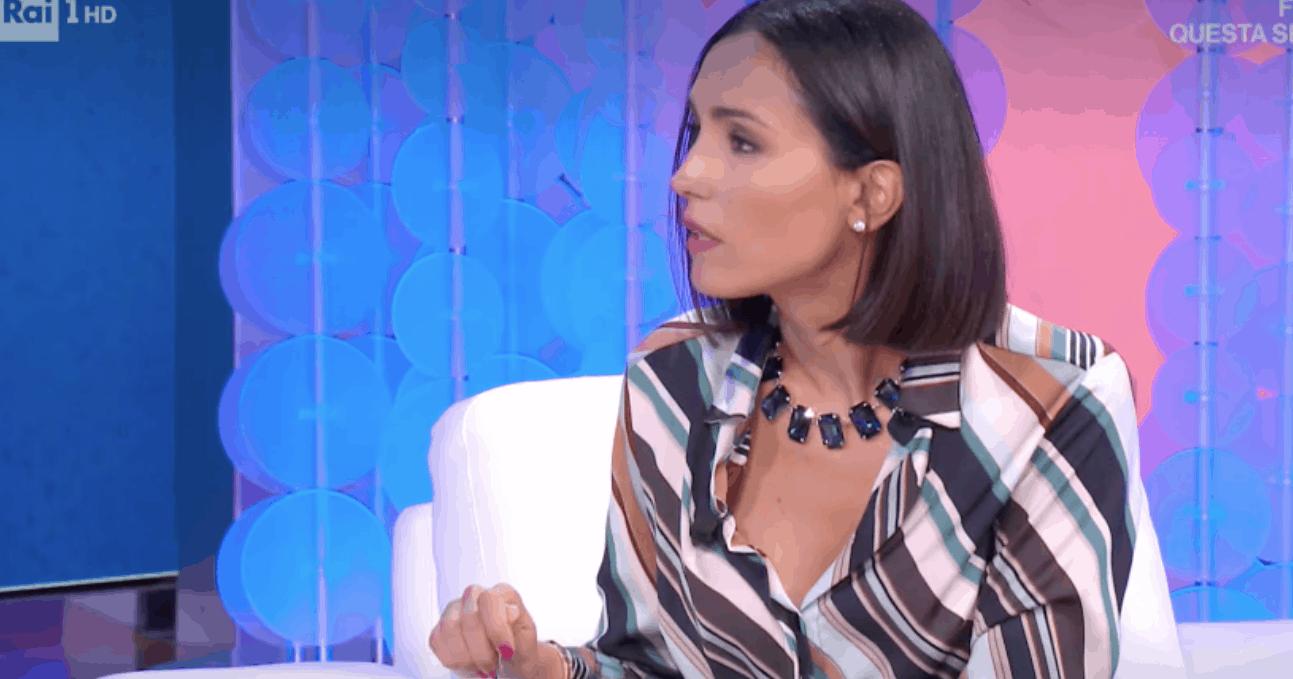 """Caterina Balivo assaggia la """"sabbia rosa"""" contro chi parla per colpirla (Foto)"""
