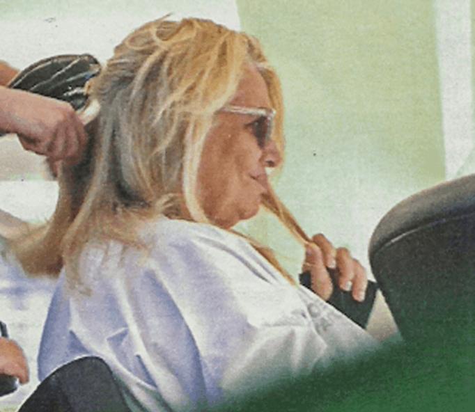 Mara Venier dal parrucchiere non è soddisfatta della piega e provvede da sola (Foto)
