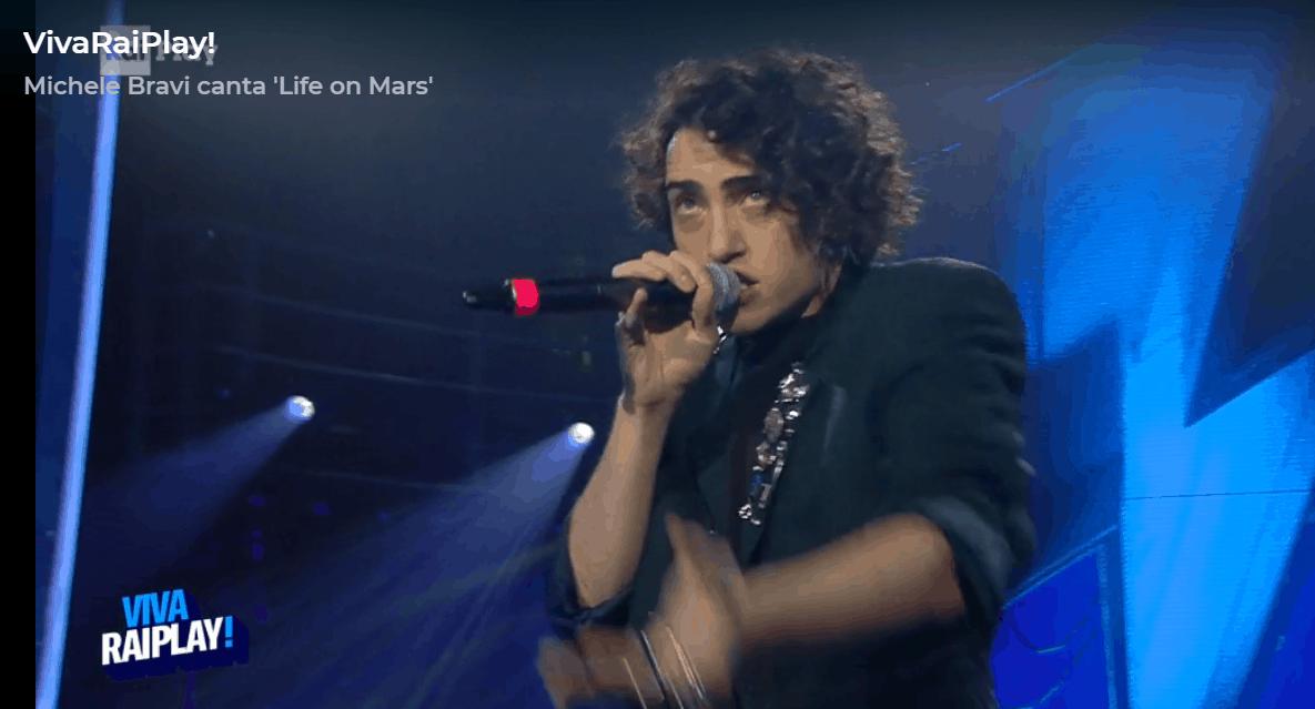 Michele Bravi emozionato torna a esibirsi su RaiPlay: l'abbraccio con Fiorello vale più di mille parole
